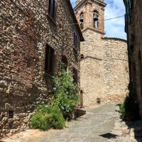 In der Altstadt von Suvereto mit Blick auf den Glockenturm, Toskana, Italien